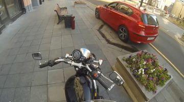 SEXY si REA. Vezi ce le-a facut aceasta motocilista soferilor din trafic. I-a innebunit!