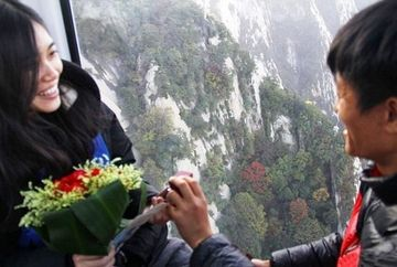 Si-a cerut iubita de sotie pe varful unui munte, insa cand sa primeasca raspunsul ceva incredibil s-a intamplat!