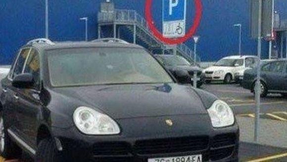 Sofer LIPSIT de orice urma de DECENTA. Priviti cum a avut TUPEUL sa-si parcheze masina cand a mers la cumparaturi!
