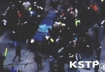 CRUZIME fara MARGINI. Un sofer inconstient a trecut peste un grup de protestari la o demonstratie. Au cazut ca popicele sub rotile masinii!