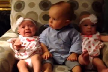 ADORABIL. Un bebelus a vazut pentru prima data doua fetite gemene! REACTIA lui e INCREDIBILA!