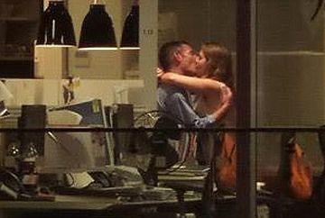SCENE FIERBINTI intr-un birou. Si-au mintit partenerii ca lucreaza pana noaptea tarziu, insa iata cum au fost surprinsi la serviciu!