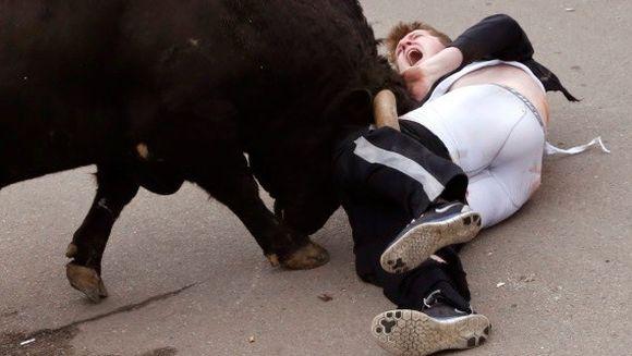 MOMENTUL TERIFIANT in care un tanar a fost luat in coarne de un taur pe strada. Medicii in stare de SOC cand i-au vazut ranile!