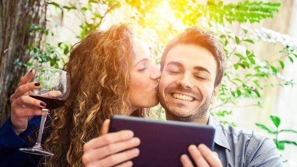 Ti-ai schimbat statusul de Ziua Indragostitilor postand un mesaj romantic? Vezi ce spun psihologii despre acest lucru!