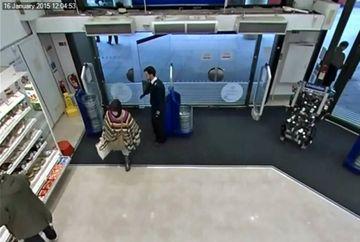 Femeia filmata in timp ce sugruma un baietel de doar UN AN! Motivul ei e incredibil...