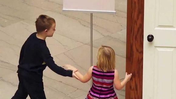 Fratele ei o ruga insistent sa deschida aceasta USA: Ce se intampla cand ea face acest lucru, te lasa fara cuvinte!