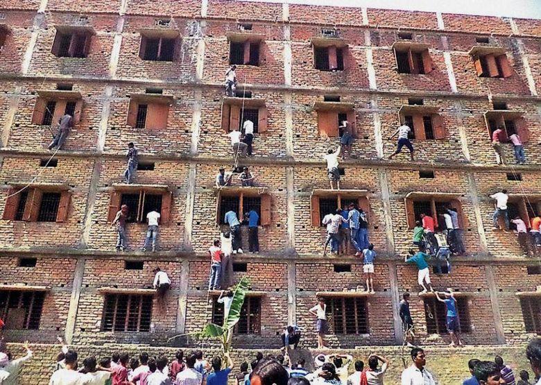 Sute de elevi eliminati de la un examen, in India! Metoda incredibila prin care PARINTII ii ajutau cu COPIUTE