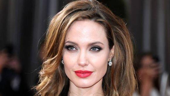 Cel mai tare MACHIAJ care te ajuta sa semeni cu Angelina Jolie. Si tu ti-l poti face!