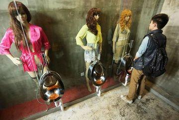 ASTA e cea mai ciudata toaleta din lume! Barbatii se plang ca NU MAI POT sa urineze! E pur si simplu prea SEXY!