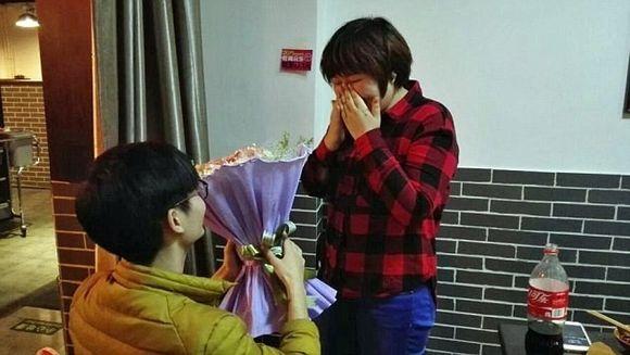 Cea mai CIUDATA cerere in casatorie! S-a asezat in genunchi in fata ei, cu un buchet de flori! Cand a simtit mirosul, fetei a inceput sa ii ploua in gura!