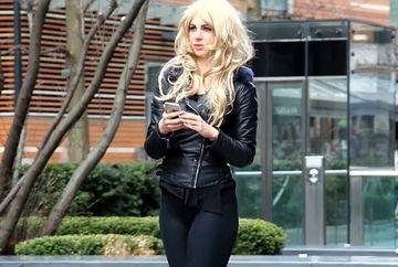 Si-a pus o peruca blonda si a iesit la agatat pentru a vedea daca atrage mai multi barbati! A ramas uimita de ce i s-a intamplat pe strada