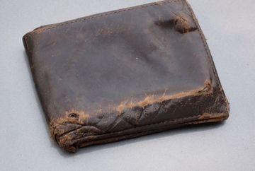 A primit prin posta portofelul care i s-a furat in urma cu 14 ani! Cand s-a uitat in el a avut un soc! E incredibil ce era inauntru