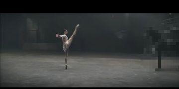 O balerina incepe sa danseze intr-o camera intunecata. Ce se intampla in secundele urmatoare te va lasa cu gura cascata!