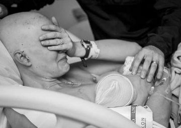 Imaginile dure care au emotionat o lume intreaga! Ce face o femeie bolnava de cancer in stadiul 3 cu bebelusul ei, proaspat nascut