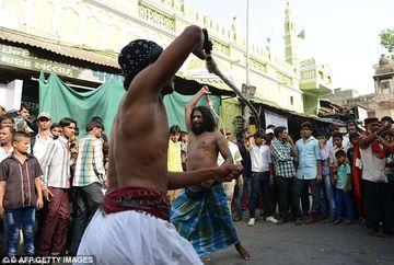 E incredibil ce fac oamenii pentru religia lor! Uite ce se intampla la un festival din India. ATENTIE, IMAGINI SOCANTE!