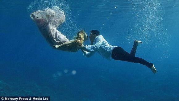 Album emotionant de nunta. Au vrut sa se fotografieze in locul in care s-au cunoscut asa ca si-au luat fotograful si s-au aruncat in apa. Imaginile iti taie respiratia!