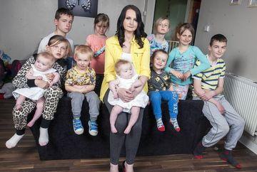 """E denumita """"masina de facut bebelusi"""". O britanica are 11 copii si spune ca mai vrea. Uite cati bani face din ajutoarele sociale"""