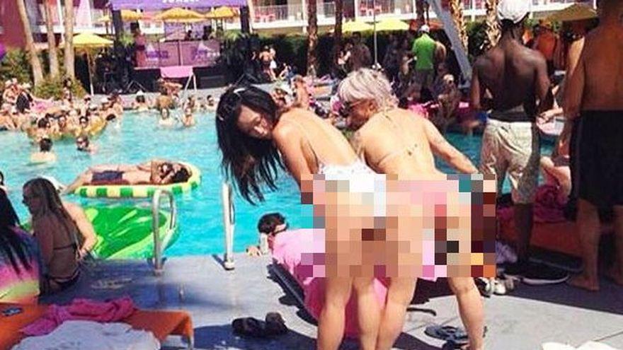 Si-au pozitionat UN BAT intre picioare in timp ce toata piscina le privea. Imaginea care a facut inconjurul Internetului