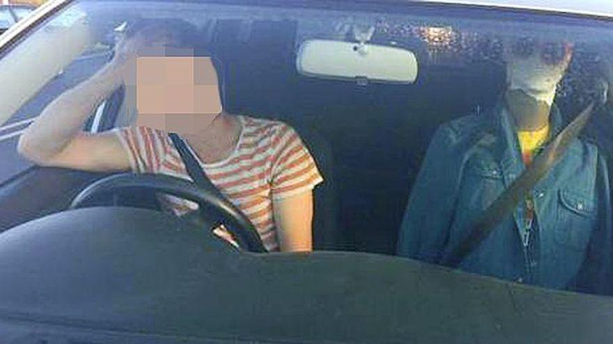 Un barbat cu ochelari se odihnea pe locul pasagerului. Cand au vazut CUM ARATA, politistii l-au oprit imediat