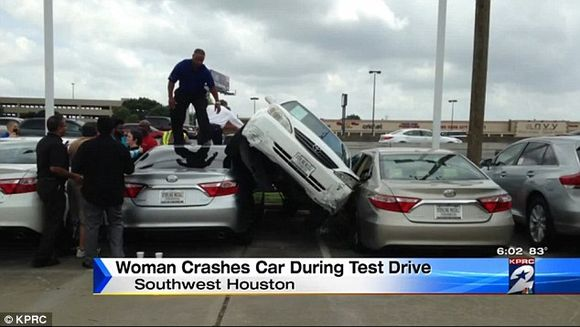 O domnisoara a iesit la un test drive cu o masina. Motivul incredibil pentru care masina a ajuns asa