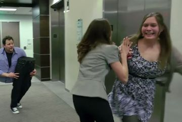 Imaginile socante cu barbatul care s-a taiat IN DOUA in lift. Ceilalti pasageri fugeau ingroziti
