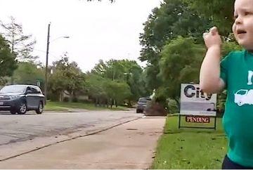 Un baietel isi asteapta la colt de strada prietenul. Cand vei vedea cine este acesta, iti vor da lacrimile!