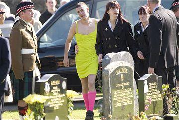 Acest barbat s-a imbracat intr-o rochie galbena la inmormantarea celui mai bun prieten. Motivul este CUTREMURATOR