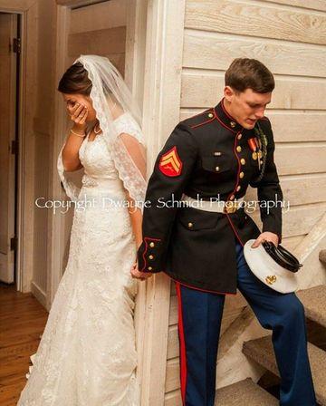 S-a asezat cu spatele la viitoare sotie si au inceput sa se roage amandoi. Povestea incredibila din spatele acestei fotografii care a emotionat milioane de oameni!
