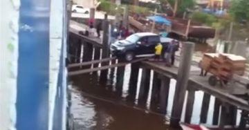 A incercat sa urce o camioneta pe un vapor folosind doua scanduri. Nimeni nu se astepta la acest rezultat