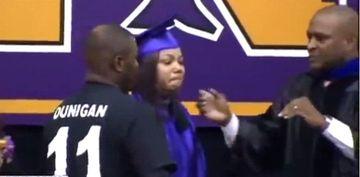 La ceremonia de absolvire, printe sutele de adolescenti in robe, era si o femeie de 45 de ani. Povestea ei i-a lasat lasat pe toti IN LACRIMI