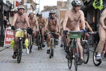 "Sute de persoane dezbracate au participat la un mars pe biciclete. Ce a patit un ciclist care era prea ""excitat"""