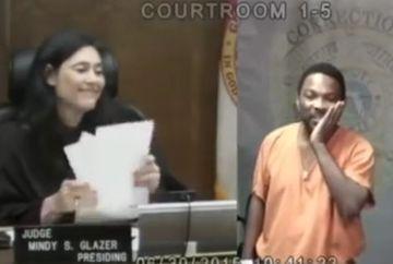 Un hot arestat a ajuns in fata unei femei judecator. Cand a realizat cine era femeia, a vrut sa intre in pamant de rusine