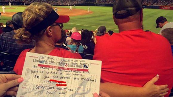 O femeie ii scria mesaje EROTICE amantului, in timp ce era cu sotul pe stadion. E INCREDIBIL ce au facut spectatorii din spatele ei, care i-au citit mesajele