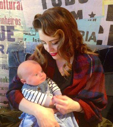 O mama a mers la un salon de bronzat, apoi si-a alaptat bebelusul. E INGROZITOR cum arata bebelusul acum