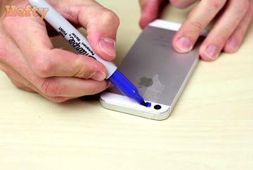 A pus o banda adeziva pe blitul telefonul mobil si a colorat-o. Ce-a vazut in prima fotografie l-a ingrozit. E DEZGUSTATOR!