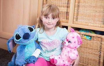 Aceasta fetita ar putea fi UCISA de ursuletul ei de plus. Sufera de o boala rara si orice atingere ii poate fi fatala