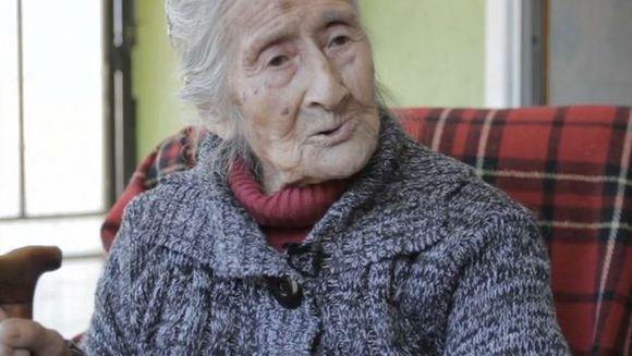 E SOCANT ce au gasit doctorii in abdomenul acestei femei de 91 de ani! Era acolo de 60 DE ANI si nu l-a simtit