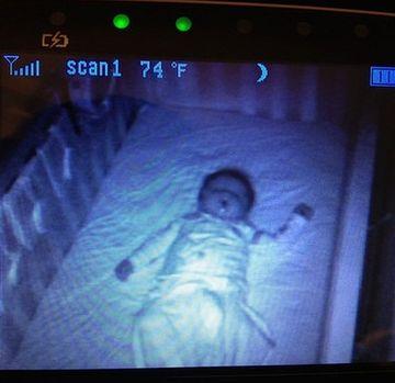 Au pus o camera de supraveghere in dormitorul bebelusului pentru a verifica in permanenta ce face! E incredibil ce s-a intamplat intr-o noapte