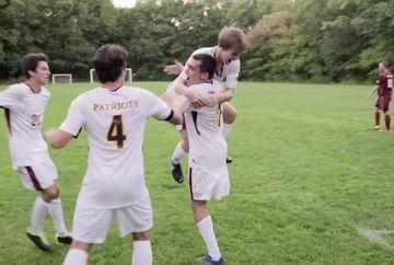 Pe terenul de sport, un baiat care juca fotbal. Parea un adolescent ca oricare altul dar, cand i-au vazut picioarele, s-au INGROZIT