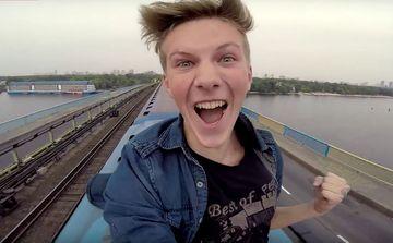 S-a filmat in timp ce alega pe un tren in miscare. Ce s-a intamplat dupa ce a fost facuta imaginea iti va face pielea de gaina