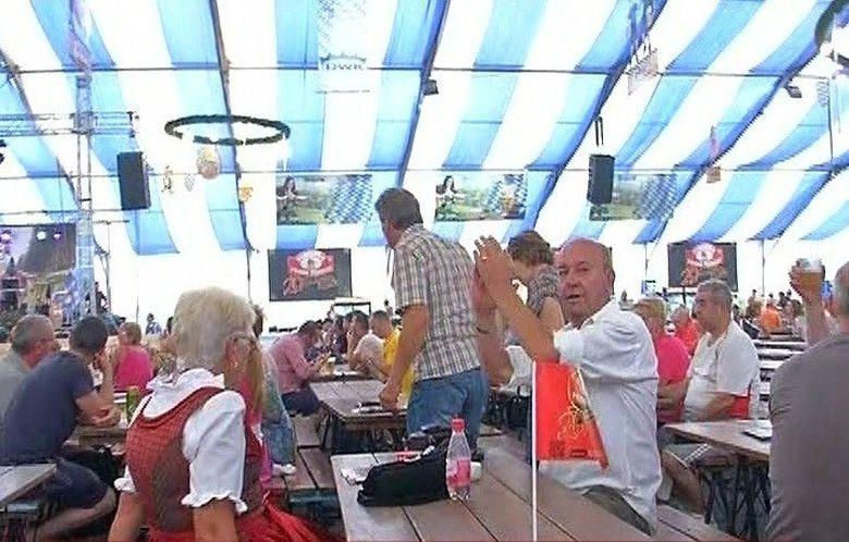 Zeci de butoaie cu bere, carnati la metru, halbe pline si mititei.... fara numar! Toate poarta un singur nume - Oktoberfest!