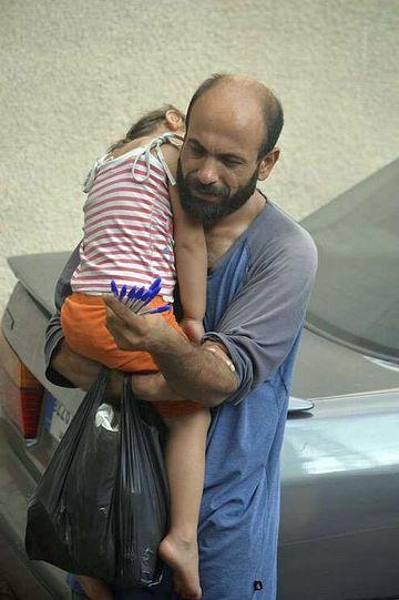 Imaginea care iti va smulge o lacrima! E emotionant ce face acest refugiat sirian pentru fetita lui