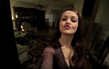 Si-a facut un selfie, insa cand s-a uitat la poza A INCREMENIT de spaima! Ce era in spatele ei