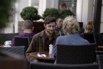Statea cu iubita la o terasa, fara sa stie ca a fost hipnotizat. E incredibil ce a ajuns sa isi faca, cu mana lui, cand vedea o femeie sexy