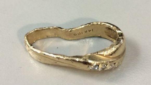 Si-a facut praf inelul de logodna dupa ce l-a scapat intr-un tocator! Credea ca nu mai are ce sa faca cu el, dar e incredibil ce a reusit un mester bijutier. Uite cum arata acum