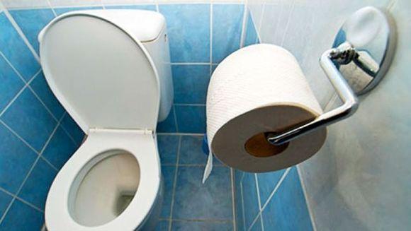 Gasea in fiecare dimineata toaleta murdara si nu intelegea ce se intampla, asa ca a montat o camera ascunsa si a filmat totul. Uite ce a descoperit