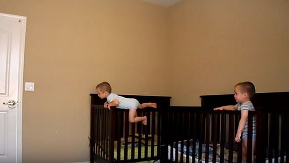 Se intamplau lucruri ciudate in camera copiilor, asa ca a decis sa instaleze o camera de supraveghere. Cand a vazut imaginile nu i-a venit sa creada