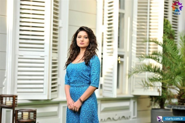 "Nurgul Yesilcay actrita din serialul ""Gulperi"" a pozat incredibil de sexy! WOW cum arata!"