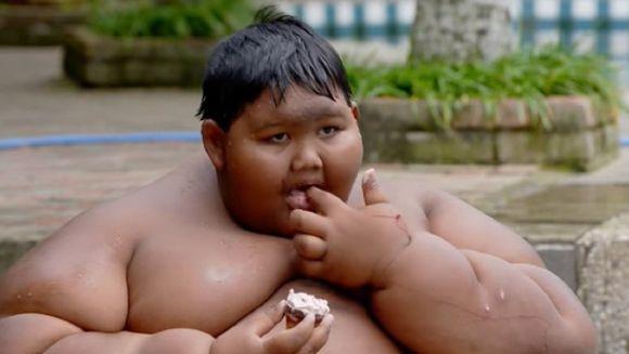 La 11 ani cantareste cat 6 copii de varsta lui la un loc! El este cel mai gras baiat din lume, e incredibil ce greutate are
