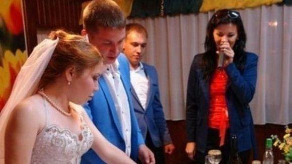 S-au facut de ras! Ce au decis acesti miri sa scrie pe tortul lor de nunta, nu au avut nicio jena